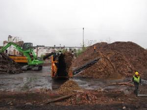 SENNEBOGEN feeds pair of grinders 821 R-HD