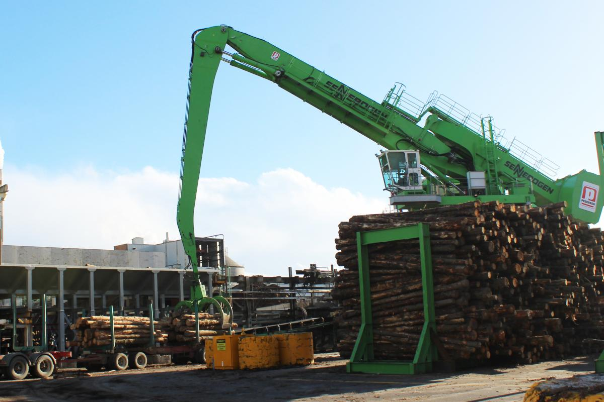 A total of four SENNEBOGEN material handlers, including two with a trailer, are working for Pedersen Group in the Australian Tasman sawmill. From the smallest SENNEBOGEN Model, the 818 to the largest of machines, the 880 EQ.
