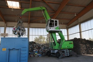 SENNEBOGEN distributor Schlüter Baumaschinen GmbH delivered these two new 818 material handlers to Entsorgungswirtschaft Soest GmbH, where the green machines are being used to sort and load incoming waste.