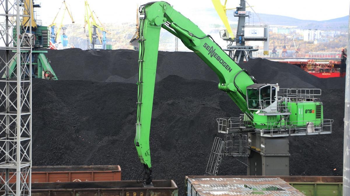 SENNEBOGEN 875 Crawler Portal Keeps Coal Flowing At Historic Arctic Port