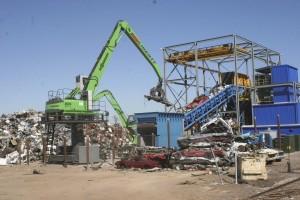 SENNEBOGEN 835 A special feeds an auto shredder.