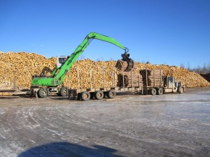 The reach on the SENNEBOGEN 830 M-T allows the operator to set up and unload the truck without moving.