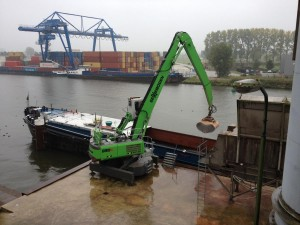 Electric-drive makes sense, especially on the water. Buijs Groot-Ammers replaced their SENNEBOGEN 825 electric-drive material handler with an 830 model to protect the environment and save fuel costs.