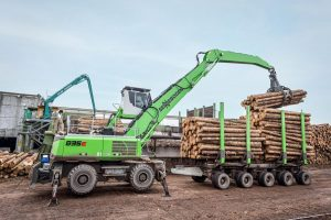 All-rounder in the sawmill: The 835 M-HDS E-Series with trailer feeds the plant, transports and loads logs