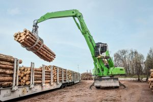 Railcar unloading made easy with the 835 M-HDS E-Series material handler
