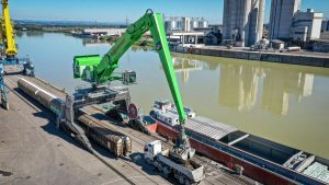 The SENNEBOGEN 895 E Hybrid impresses with an operating weight of around 420 t and a reach of over 130 ft. (40 m).