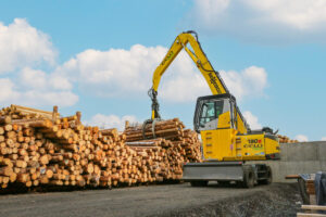 Pick & Carry timber handler 730 E with 1.75 m² hydraulic grab feeds the saw with logs